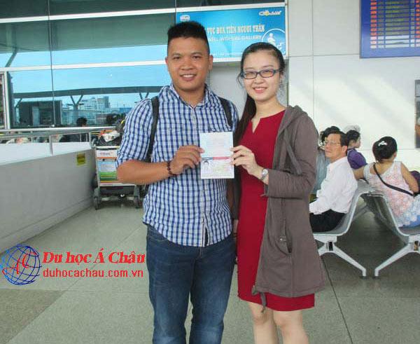 Hình ảnh du học Á Châu thăm hỏi và dặn dò du học sinh tại sân bay